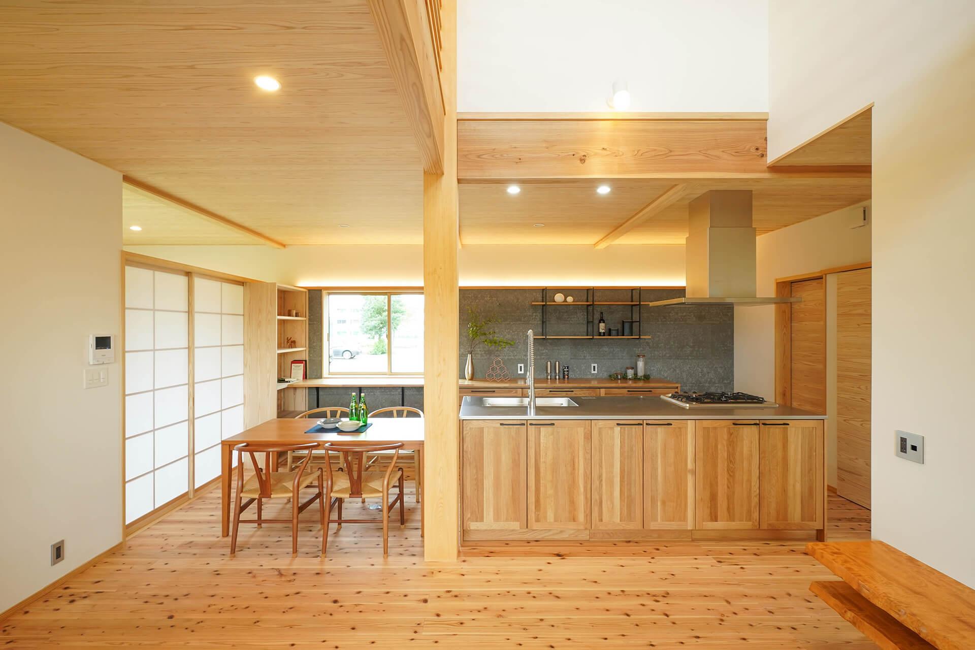 薪ストーブと吹抜けのある自然素材の家